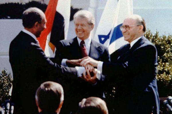 El triple apretón de manos entre Anwar Sadat (izq), Jimmy Carter (centro) y Menahem Begin (dcha).