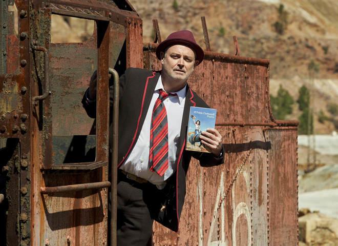 Carbonell, en el tren que recorre la explotación minera de Riotinto, municipio en la que se inspira su novela.
