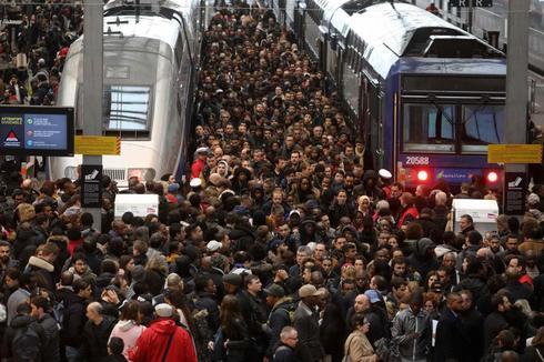 Una abrarrotada estación de tren en Lyon, operada opr SNCF, este mes, durante una huelga.