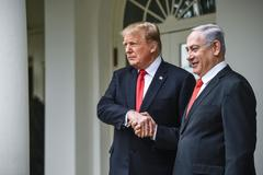 El presidente de EEUU, Donald Trump, estrecha la mano de su homólogo israelí, Benjamin Neyanyahu.