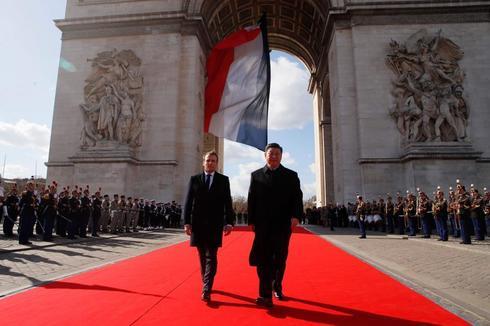 El presidente francés,  Emmanuel Macron, y el presidente chino, Xi Jinping, en el Arco del Triunfo.