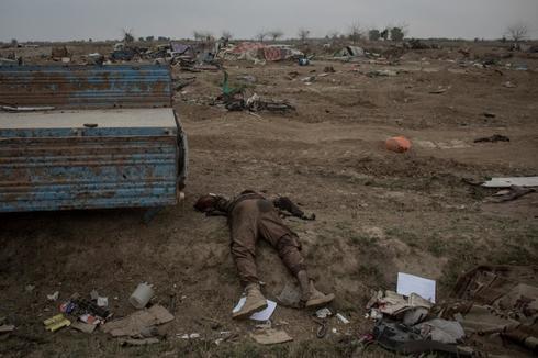 Uno de los muertos del Estado Islámico, en Baguz.