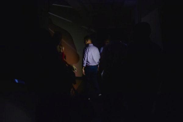 Varias personas son evacuadas de la Asamblea Nacional.