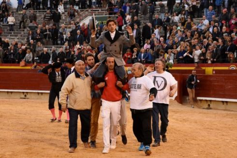 Diego Ventura sale a hombros del coso castellonense, este lunes.