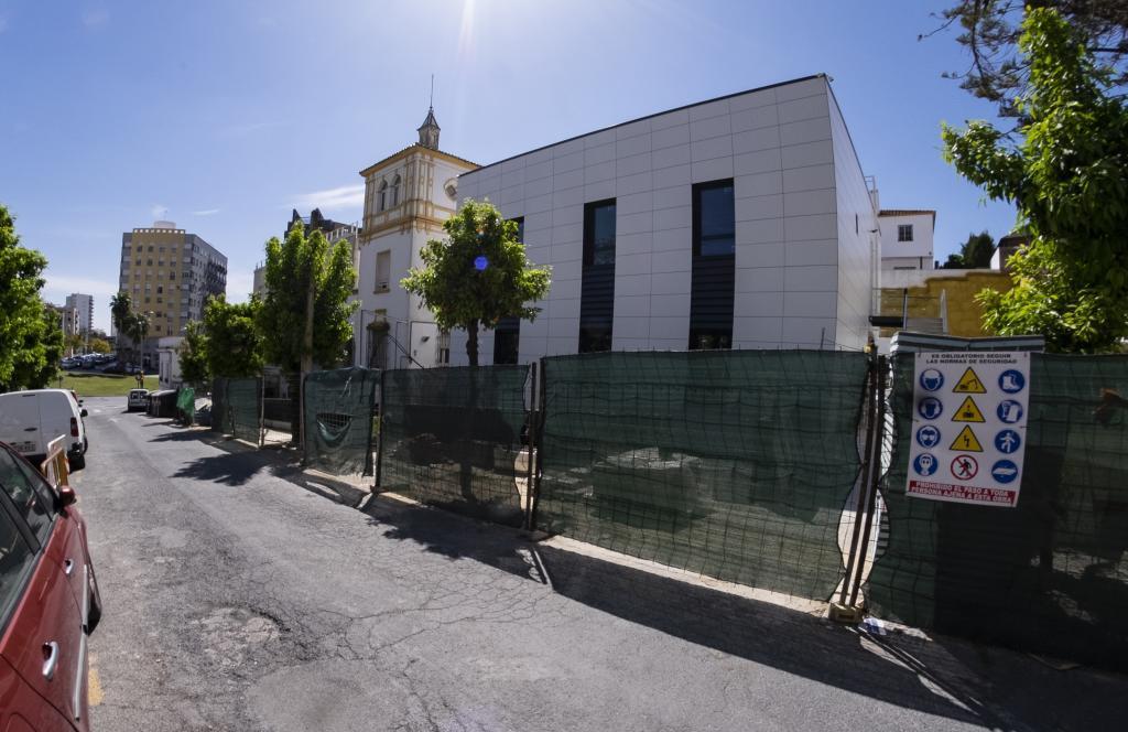 Estado actual de las obras de ampliación de la Clínica Los Naranjos en el solar de la antigua sede del PSOE.