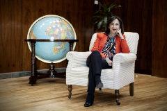 La ministra de Defensa, Margarita Robles, en su despacho.