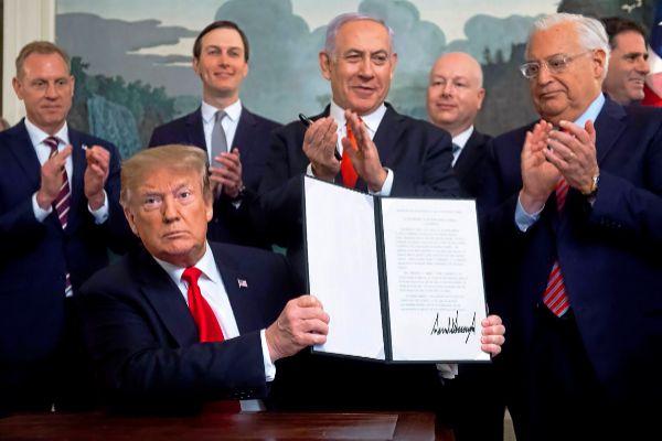 Donald Trump firma el reconocimiento de los Altos del Golán a Israel junto a Benjamin Netanahu.