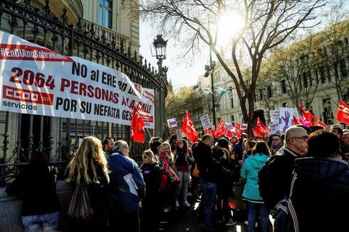 Trabajadores protestando en el lugar de la Junta de accionistas de DIA.