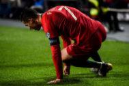 Cristiano se echa al césped tras sufrir una lesión.