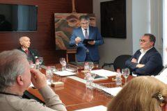 Sanguino, a la derecha, escucha el discurso del director del Gil-Albert José Ferrándiz ante Santiago Grisolía, presidente del CVC.