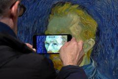 Un visitante fotografía uno de los autorretratos de Van Gogh en la exposición de la Tate.