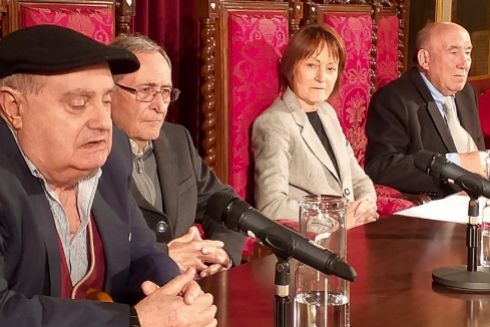 Emili Marín, en primer término, con Mavi Mestre y Emèrit Bono (primero por la derecha), ayer en la Universitat.