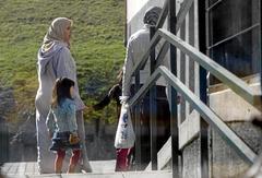 Niños con sus madres de origen extranjerio en un colagio de Bilbao.