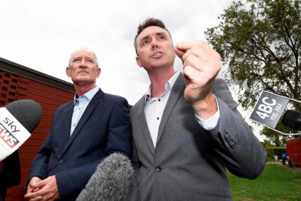 Los miembros del partido xenófobo Una Nación Steve Dickinson (izq) y James Ashby (dcha), en Brisbane (Australia).