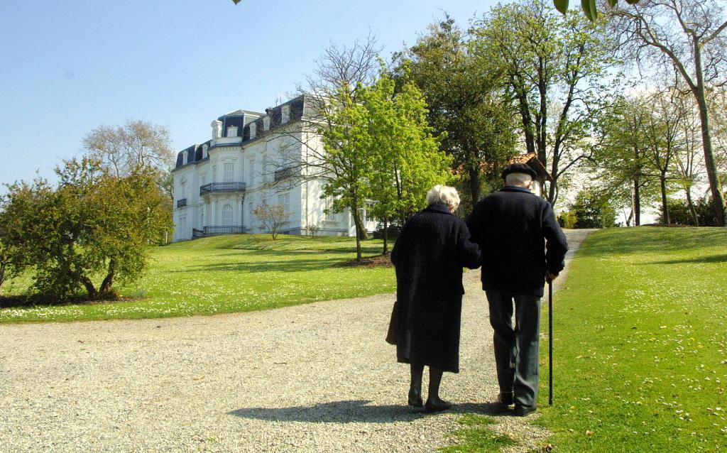 Dos ancianos pasean por los alrededores del palacio de Aiete.