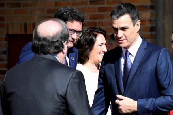 Pedro Sánchez saluda al presidente de Castilla y León, Juan Vicente...