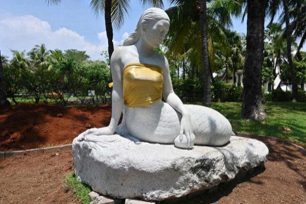 Una de las sirenas, con el pecho tapado con una tela, en el parque de atracciones Yakarta Ancol.
