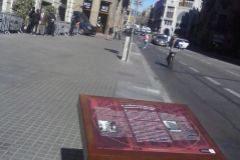 La placa instalada esta mañana ante la comisaría