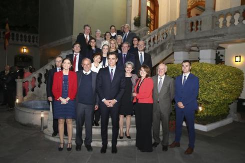 Pedro Sánchez, con las ministras de Justicia, Dolores Delgado, e...