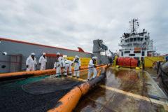 Una embarcación francesa en labores de limpieza del fuel.