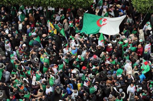 MOH05. ARGEL (<HIT>ARGELIA</HIT>).- Una multitud protesta este viernes en contra del presidente argelino, Abdelaziz Bouterfika, en Argel (<HIT>Argelia</HIT>). Las protestas populares cumplen un mes en <HIT>Argelia</HIT>, cada vez más vigorosas en las calles frente a un régimen cada vez más débil y dividido, que comienza a dar síntomas evidentes de agotamiento.
