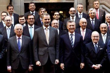 Jorge Faurie, ministro de Exteriores argentino (dcha.), junto a Macri, Felipe VI y Josep Borrell, en Buenos Aires.