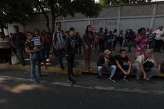 Venezolanos esperan el autobús por la suspensión del metro tras el nuevo apagón.