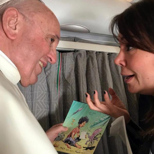 La periodista española Cristina Cabrejas le entrega, en enero de 2009, al Papa una viñeta en homenaje al niño naufragado