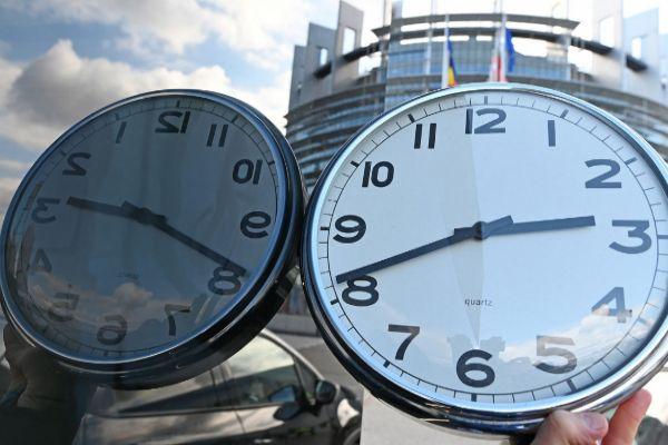 Un reloj frente al Parlamento Europeo, este martes en Estrasburgo (Francia).