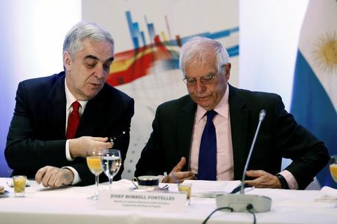 El ministro de Asuntos Exteriores, Josep Borrell, junto al embajador español en Argentina, Javier Sandomingo