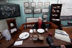 Juan Mari Arzak en una de las mesas que conforman la exposición.