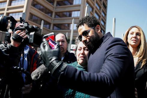 Jussie Smollett se fotografía con varios fans tras abandonar el Tribunal.