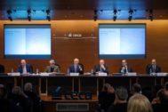 Foto 2: De izquierda a derecha: Fernando Conlledo, vicesecretario no consejero; Braulio Medel, vicepresidente; Isidro Fainé, presidente; José María Méndez, director general; Gregorio Villalabeitia, vicepresidente y Josep A. Cifre, secretario consejero.