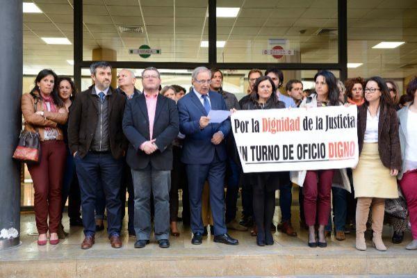 Abogados protestando por el incumplimiento del Gobierno en el pago de la deuda por el turno de oficio. Leyendo el manifiesto, Martín Alenyar.