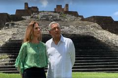 Fotograma de un vídeo cedido por la Presidencia de México que muestra al presidente Andrés Manuel López Obrador (d) y a su esposa, Beatriz Gutiérrez Müller, en la zona arqueológica de Comalcalco, en el estado de Tabasco (México).