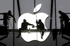Trabajadores instalan el cartel de una tienda Apple en China.