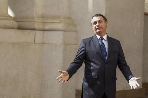 CH01 SANTIAGO (CHILE) - El presidente de Chile, Sebastián Piñera (fuera de cuadro), recibe a su homólogo de Brasil, Jair <HIT>Bolsonaro</HIT>, este sábado en el Palacio de La Moneda, sede del Ejecutivo, en Santiago (Chile). <HIT>Bolsonaro</HIT> se encuentra en una visita oficial a Chile.