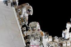 Anne McClain (d.) durante un reciente paseo espacial.