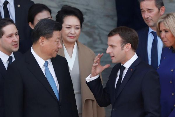 El presidente francés, Emmanuel Macron (d), despide al presidente chino, Xi Jinping.