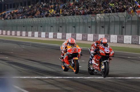 Dovizioso cruza la meta por delante de Márquez en Qatar.