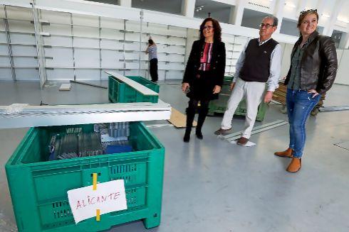 El movimiento de los operarios ha sido incesante durante el montaje al que han asistido la edila Dolores Padilla y la organizadora Marina Vicente.