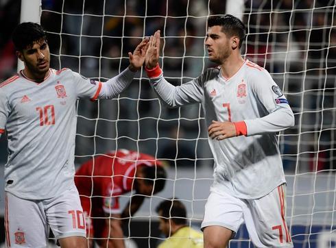 Asensio felicita a Morata tras el primer gol de España.