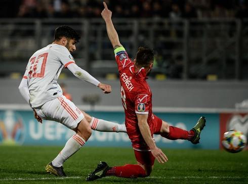Asensio dispara a portería ante la oposición de Fenech.
