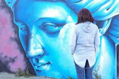 María, de espaldas ante un mural de Ponteareas, en Pontevedra. Su ex marido la denunció por abofetear a su hijo.
