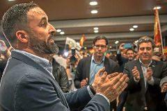 Santiago Abascal aplaude bajo la atenta mirada de José María Llanos.