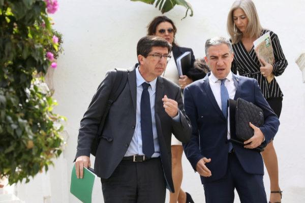 El vicepresidente, Juan Marín, y el consejero de Presidencia, Elías Bendodo, este martes en Sanlúcar de Barrameda.