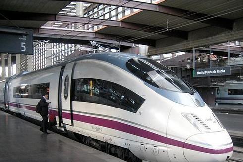 Un tren AVE en la estación de Atocha