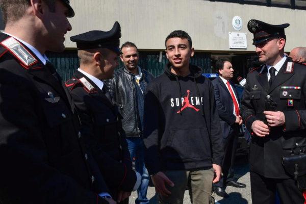 Ramy es felicitado por varios carabinieri por su intervención.