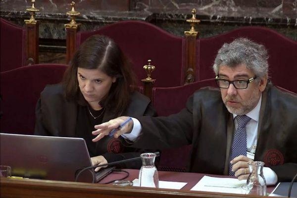 Ana Bernaola junto a Jordi Pina, abogados defensores en el juicio