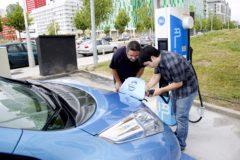 Recarga de un coche eléctrico en una electrolinera.